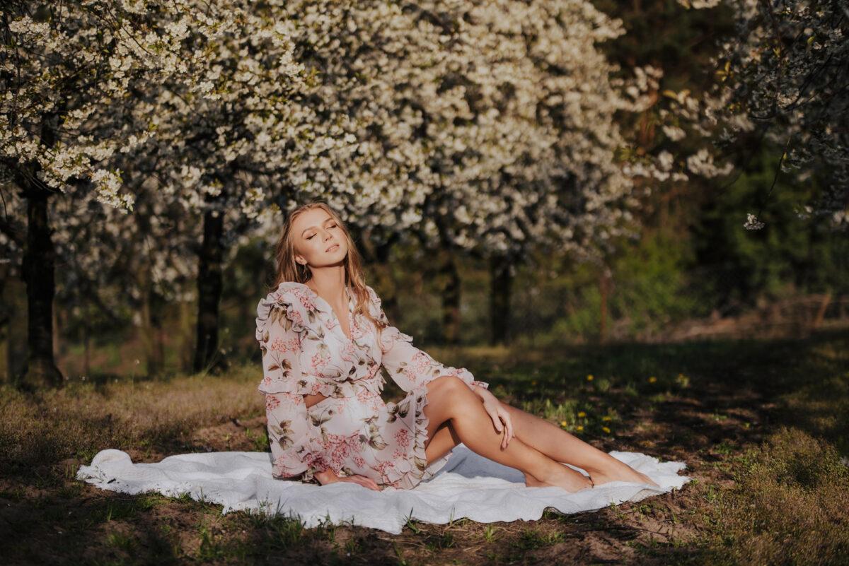 Kornelia - sesja w kwiecistym sadzie wiśniowym